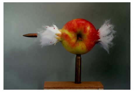 BRUSSELS COLOGNE CONTEMPORARIES 2015|Hubert Becker|Bullet through Apple (nach Harold Edgerton), 2010|C-Print, 19 x 27 cm